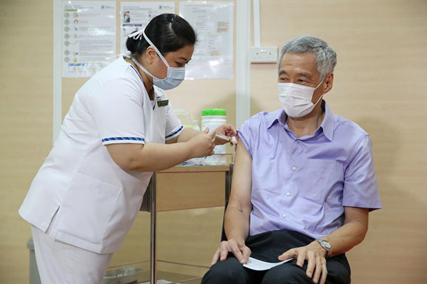 ​PM Lee receiving the Covid-19 vaccine at Singapore General Hospital on Jan 8, 2021.PHOTO MINISTRY OF COMMUNICATIONS AND INFORMATION
