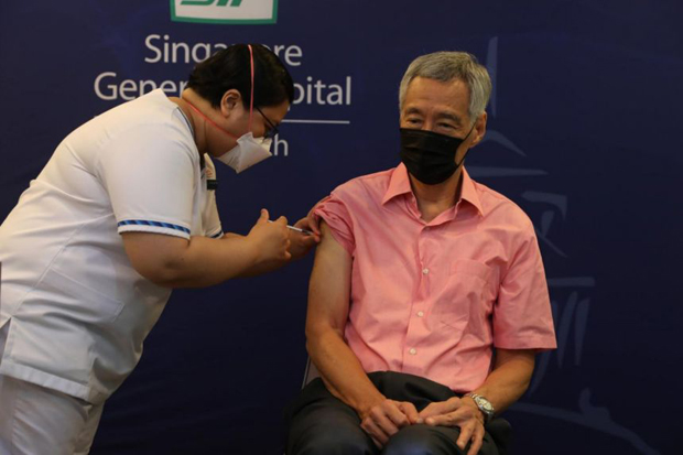 Prime Minister Lee Hsien Loong receiving his Covid-19 booster jab at the Singapore General Hospital on Sept 17, 2021.PHOTO MINISTRY OF COMMUNICATIONS AND INFORMATION